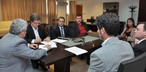 Elettore-firmó-un-convenio-con-el-colegio-de-Escribanos-–-Martilleros1-618x307