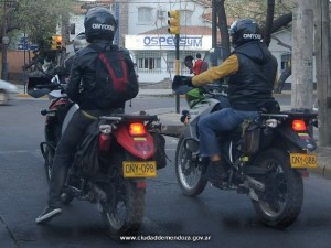 "Se deberá colocar ""sticker"" con identificación de dominio en cascos de motos"