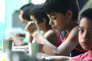 chicos en comedores escolares