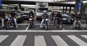 conductores motos con casco