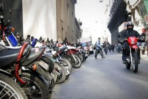 motos y conductor con casco 1