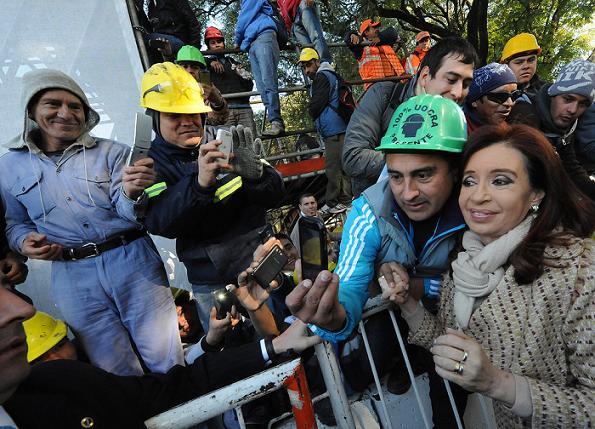 CFK selfie con obrero UOCRA (2)