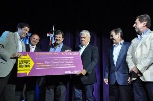 Tasa Vial: Ante las críticas opositoras, De la Sota redobló apuesta y repartió aportes a 80 municipios