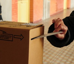 URNA depositandando voto