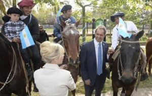"""Scioli destacó el """"sentimiento patriótico"""" en celebración del 25 de mayo"""