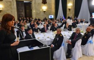 CFK pidió a las FFAA «no dejarse llevar por el canto de sirenas»