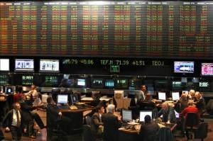La Bolsa recorta pérdidas y baja 2,44% en una frenética jornada