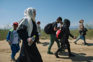 Un grupo de refugiados cruza de Grecia a la ex República Yugoslava de Macedonia.