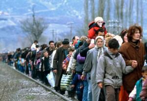 Refugiados emprenden un éxodo a pie de más de 200 km en dirección a Austria