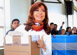 """A la hora de votar, CFK destacó que el kirchnerismo cumplió la promesa de entregar """"un país normal"""""""