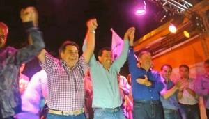 Festejo de UPC en Saldán. Cayetano Canto recibe el saludo de Juan Schiaretti.
