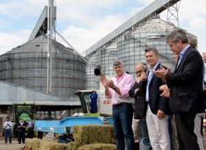 """Juntos a productores, Macri afirmó que se busca """"poner de pie"""" a las economías regionales"""