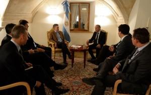 A su llegada a Davos, Macri se reunió con grupos inversores y este jueves, se encuentra con Cameron