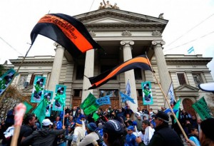 Trabajadores municipales marcharon a la Legislatura en repudio a los despidos