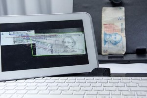 Tablet_con_el_software_desarrollado_captura_la_imagen_de_un_billete_INTI
