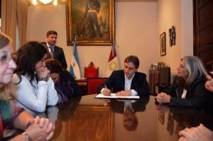 Junto a organizaciones de DDHH, Llaryora rubricó convenio para abrir los archivos parlamentarios de la represión
