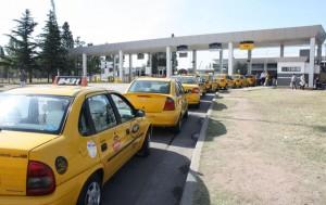 """En contra de las prácticas """"no transparentes"""", ADN propone terminar con la tarifa diferencial de taxis desde el Aeropuerto"""