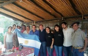 Rossi con integrantes de la Agrupación Gaucha Virgen del Carmen en Cruz del Eje
