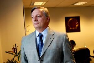 """Tras las """"presiones"""" del propio entorno macrista, Aranguren vendió sus acciones en Shell"""