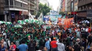 """En masiva marcha de gremios, se reclamó """"cambio de rumbo"""" ante un modelo de """"ajuste"""" y se adhirió a #NiUnaMenos"""
