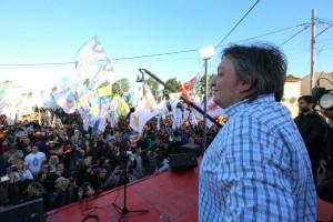 En homenaje a su padre, Máximo Kirchner cargó duro contra el gobierno de Macri