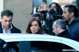 """Tribunales: Tras pintarle los dedos, CFK ironizó con las """"toallitas húmedas""""  y volvió a apuntarle a Bonadio"""
