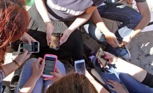 """Nativos """"digitales"""": El 90% se conecta a internet a través del celular y un 50% está conectado todo el tiempo"""