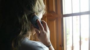 violencia-genero-mujer-hablando-por-celular