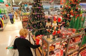 A la hora de las compras de Navidad, los consumidores revisan ofertas