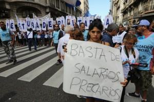 Multitudinaria marcha de docentes para reclamar la paritaria nacional