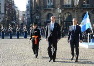Saludo protocolar de los Reyes y escrache de HIJOS, en el inicio de la agenda de Macri en Holanda
