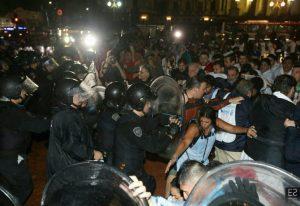 """Denuncian """"brutal represión"""" de la Policía, al impedir instalación de una carpa docente frente al Congreso"""