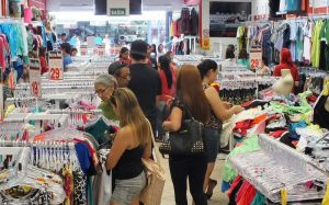 Consumo: Ventas minoristas caen 2,3 % en locales, mientras las online suben 3,1 %