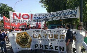 """Por suspensiones """"discriminatorias"""" en Volkswagen, trabajadores se manifestaron frente  a la planta"""