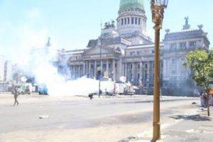 Incidentes y represión en una jornada convulsionada por la reforma jubilatoria que no avanzó en el Congreso