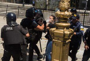 Diputados opositores denunciaron a Macri y Bullrich por la represión en el Congreso