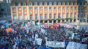 Masiva movilización en repudio a la prisión domiciliaria de Etchecolatz