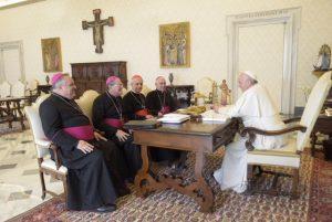 """El papa Francisco le dijo a los obispos que """"no es el momento oportuno"""" para visitar el país"""