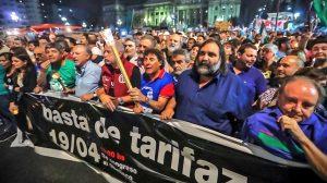 """La """"marcha de las velas"""" contra los aumentos de tarifas se hizo sentir"""