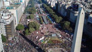 """Bajo la consigna """"La Patria no se rinde"""", marchan al Obelisco porteño"""