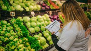 Los alimentos aumentaron 7% y una familia destinó $600 más para cubrir sus necesidades