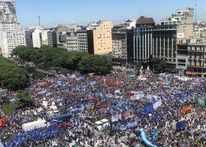 Multitudinaria marcha de protesta de los movimientos sociales contra el Gobierno