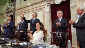 En su discurso ante la Asamblea Legislativa, donde se escucharon elegios e insultos, Macri pidió a los argentinos que «no aflojen»