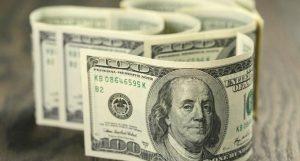 Tras un inicio frenético en el mercado cambiario, el dólar cerró en $45,90 y el riesgo país bajó