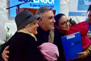 Plan «Lo Tengo»: Llaryora encabezó la última entrega de lotes en Villa Cornú