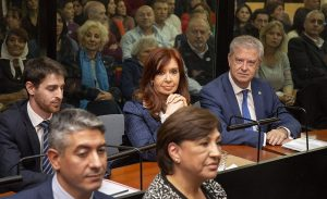 CFK se mantuvo distante del resto de los acusados en el inicio del juicio por presunta corrupción en la obra pública
