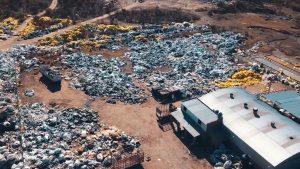 Un emprendimiento transforma residuos plásticos en ecopostes y señalética vial