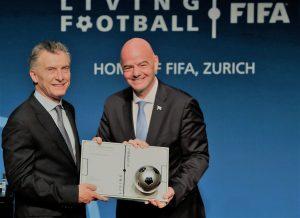 """«El fútbol refleja la cultura de cada nación"""", dijo Macri al recibir el premio de la FIFA"""
