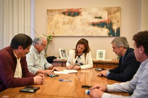 En medio de la crisis, la Provincia y los gremios estatales rubricaron el acuerdo por la compensación salarial