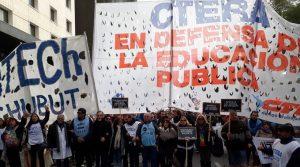 Ctera lleva adelante un paro en todo el país en repudio a la agresión que sufrieron los maestros de Chubut